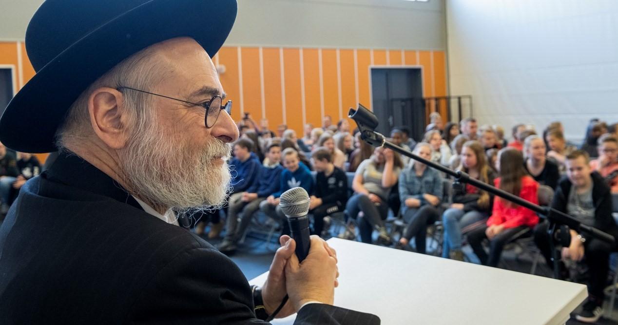 Opperrabijn Jacobs met kinderen in gesprek over antisemitisme