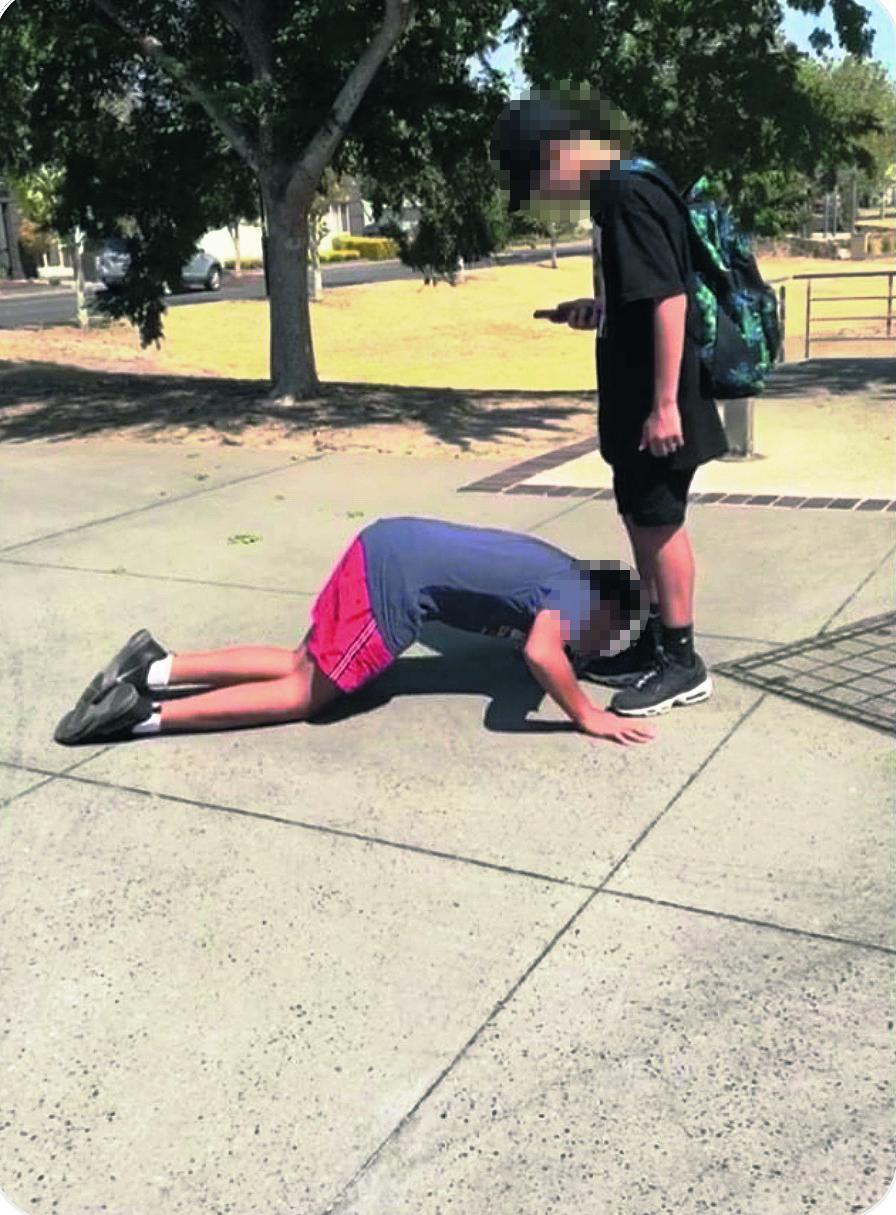 Doodsbedreiging voor Joodse jongen die gedwongen werd om voeten van een moslim te kussen