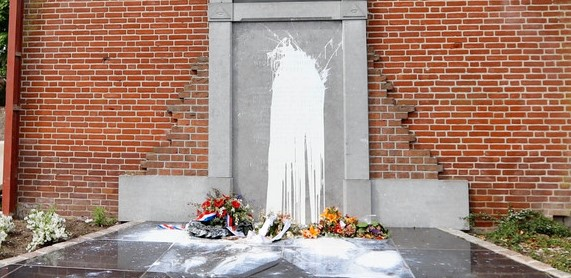 Joods monument Cuijk beklad met verf